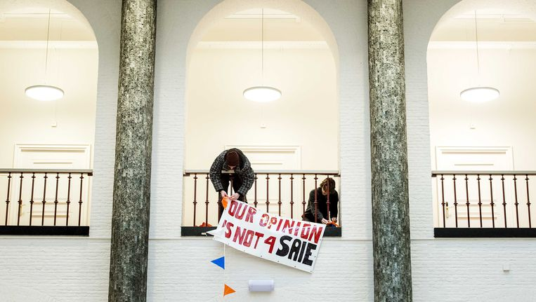 Studenten hangen een spandoek op in de centrale hal van het bezette Maagdenhuis in Amsterdam. Beeld anp