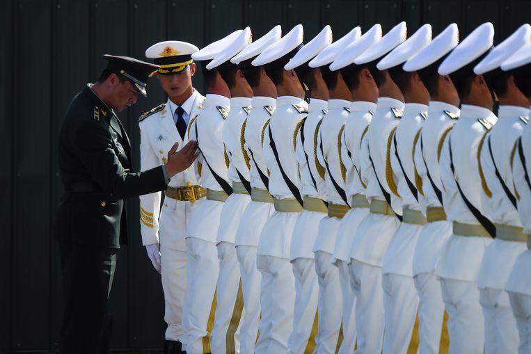 Chinese soldaten oefenen voor de militaire parade op 1 oktober. Beeld null