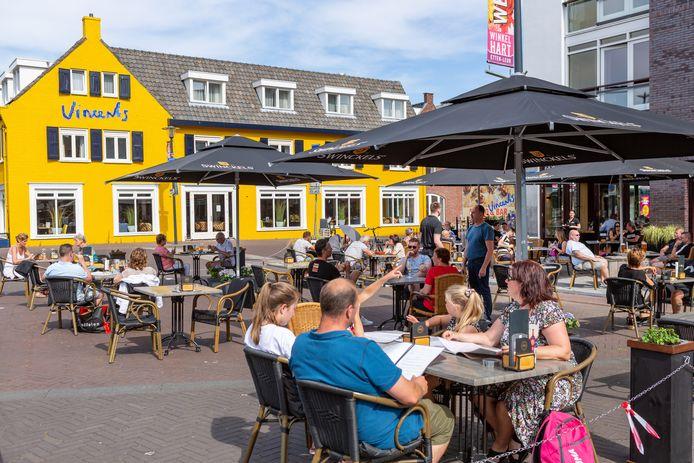 Juni 2020: drukte op de terrassen op de Markt van Etten-Leur.