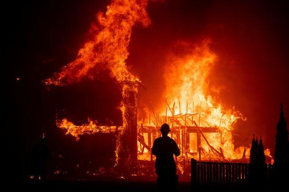 Het vuur raast door het stadje Paradise in Californië.
