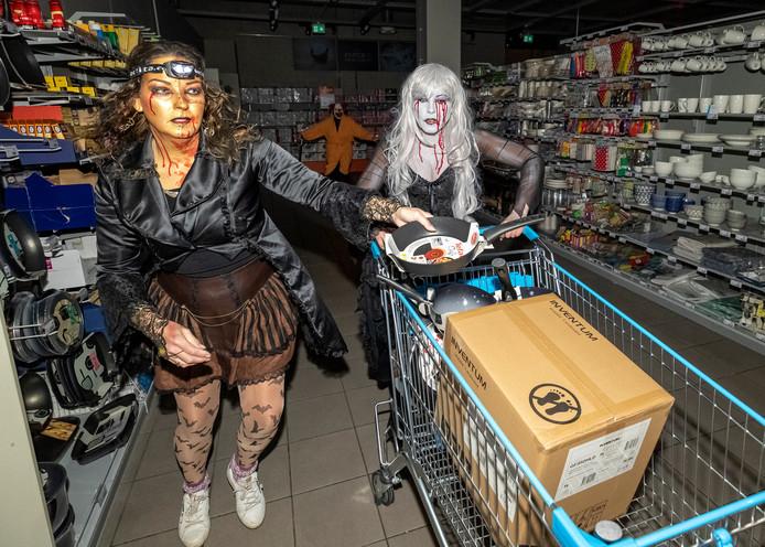 De zussen Claudia (l) en Marene Walsmit - winnaars van de Haloweenwedstrijd in Zoetermeer, winkelen 1 minuut in de AH XL en verdienen meer dan 500 euro.