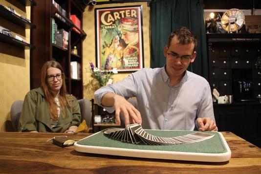 Sven van de Vorstenbosch showt zijn kunnen op een 'close-up pad', die wereldwijd door goochelaars worden gebruikt. Vriendin Danique Boer kijkt toe.
