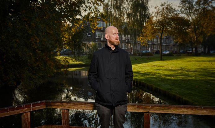 Frank van Steenbergen in een groen stukje Carnisse. De term 'probleemwijk' werkt volgens hem averechts.