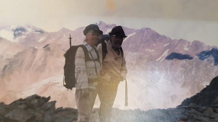 Greta (77) en Guido (82) op één van hun vele bergtochten. Wellicht dwaalden ze zondag van het pad af en raakten ze gedesoriënteerd.