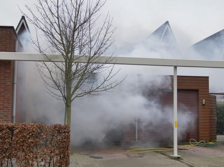Flinke rookontwikkeling bij brand die garage Putten verwoest