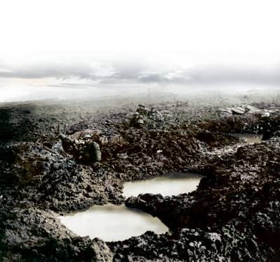 Waneer de infanterie oprukt, begint het te regenen: tanks kunnen vooruit noch achteruit, soldaten ploeteren in de modder. De opmars loopt vast.
