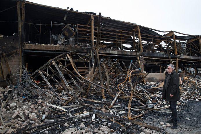 Vincent Immink bij de restanten van Virupa en Tritop in Aalten na de brand.