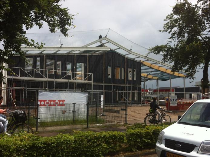 De contouren van het nieuwe schoolgebouw van de Brinck-Bluyssen in Uden zijn al duidelijk zichtbaar.