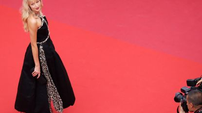 Zangeres Angèle straalt in 2 indrukwekkende jurken op het filmfestival van Cannes