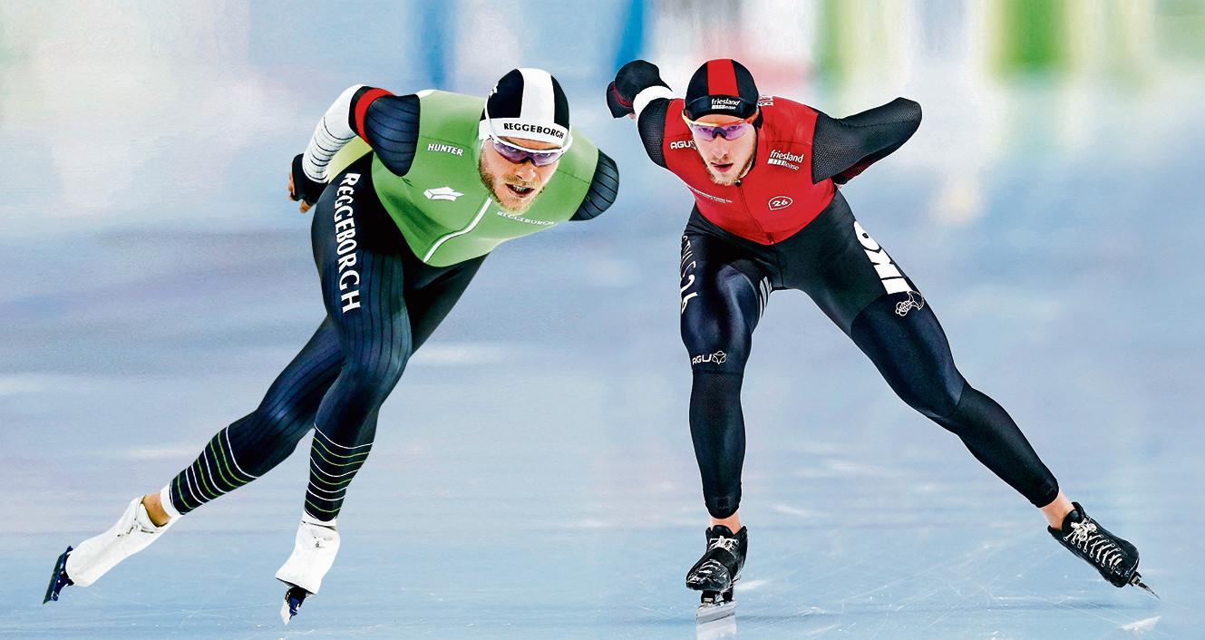 Koen Verweij (l) en Jan Blokhuijsen eindelijk weer eens op het ijs van Thialf.