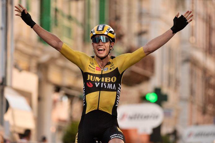 Wout van Aert juicht na de overwinning in San Remo.