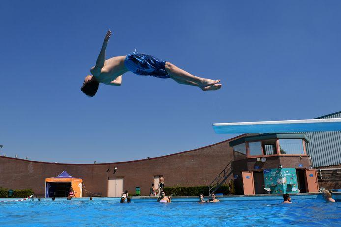 Drukte bij zwembad Sportpark in Almelo.