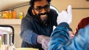 """Mahesh (37) start na jaren ploeteren eigen foodtruck: """"Succesvolle zaak in India achtergelaten voor mijn dochter"""""""