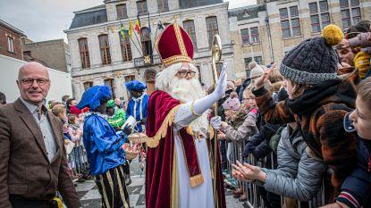 IN BEELD. Sinterklaas deelt high fives uit aan kinderen in Roeselare