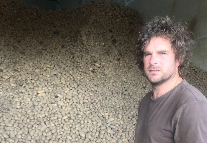 Erik van der Heijden bij zijn loods vol frietaardappelen.