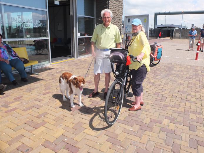 Maarten en Monique Suijs bij het fietsvoetveer in Vlissingen. Ze zijn met hun hond op weg naar Duinkerken.