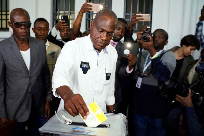 Oppositiekandidaat Martin Fayulu brengt zijn stem uit.