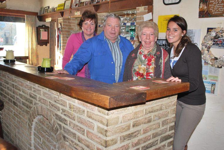 Hier zien we Margueritte op tachtigjarige leeftijd met links haar dochter Isabelle Capelle en broer Eugeen Deschuytter en rechts kleindochter Lien Van Ryckeghem.