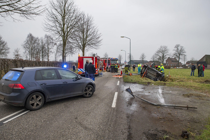 Auto van de weg op Gaasjesweg in Dongen.