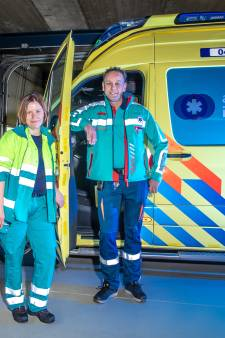 Dit is vanaf vandaag het nieuwe uniform van ambulancepersoneel in Overijssel