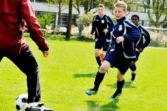 Frenkie de Jong aan het trainen in 2012 in een trainingspak van de toen nog gecombineerde jeugdopleiding van Willem II en RKC met emblemen van beide clubs erop.