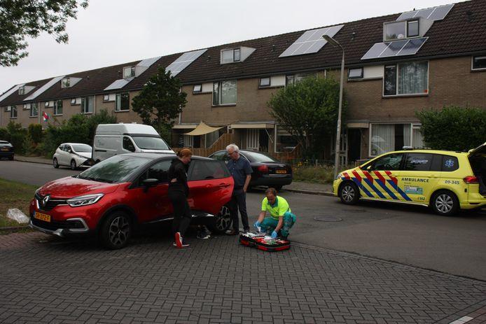 Een fietsster die na een aanrijding met een auto op de Balladelaan werd meegesleurd, werd ter plekke behandeld door een ambulancemedewerker.