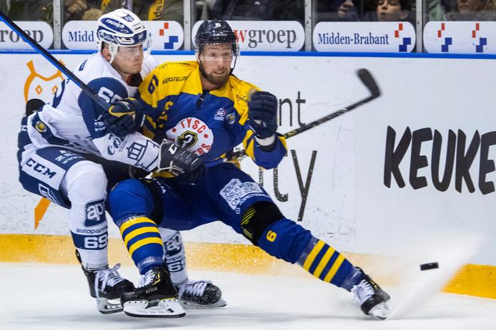 Ivy van den Heuvel (r) in actie tegen Lindau Islanders tijdens de play-offs afgelopen seizoen.