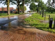 Gesprongen waterleiding zet straat blank in Hoevelaken