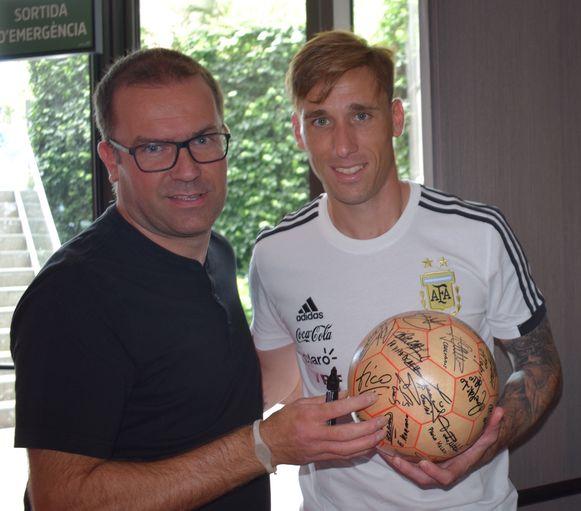 Lucas Biglia's handtekening staat wel al op de bal.