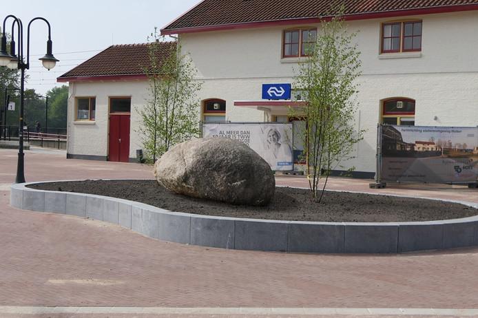 De definitieve plek van de Dikke Steen voor het stationsgebouw