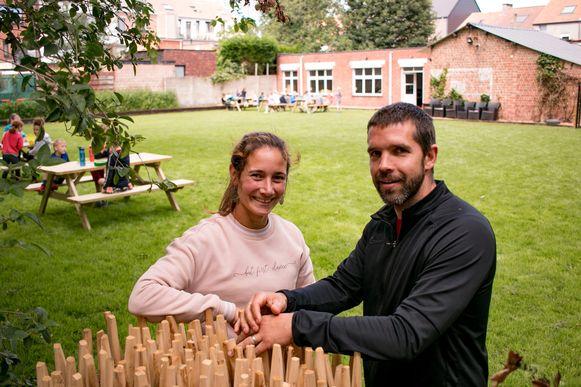 """Nele De Klerck en Tim Koppen in de tuin van hun nieuwe Studio Santee aan de Heistraat: """"We willen mensen leren om bewuster stil te staan bij bewegen."""""""