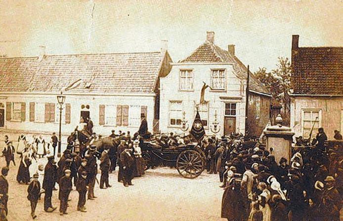 De enige bewaard gebleven foto van zijn geboortehuis in Zundert. De pastorie, tegenover het gemeentehuis, werd in 1903 afgebroken. Ernaast ligt het huis van de 'tantes'