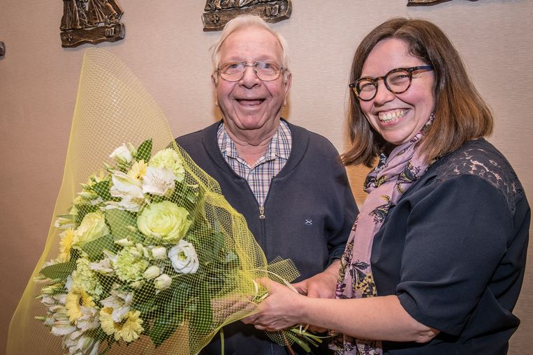Paul Segers krijgt bloemen van Heidi Deceuninck, verantwoordelijke van de pastorale dienst.