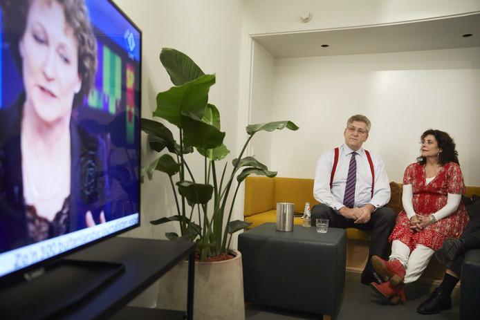 Henk Krol en Leonie Sazias (50Plus) bekijken de verkiezingsavond op tv.