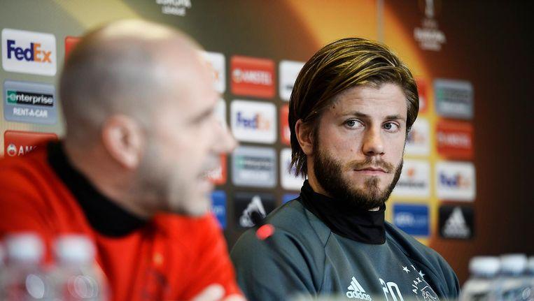 Peter Bosz (L) en Lasse Schone tijdens de persconferentie in Denemarken. Beeld epa