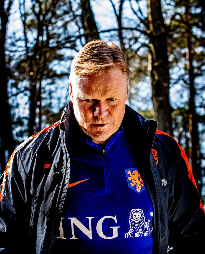 De nieuwe bondscoach Ronald Koeman in prachtig licht gevangen in de Zeister Bossen.