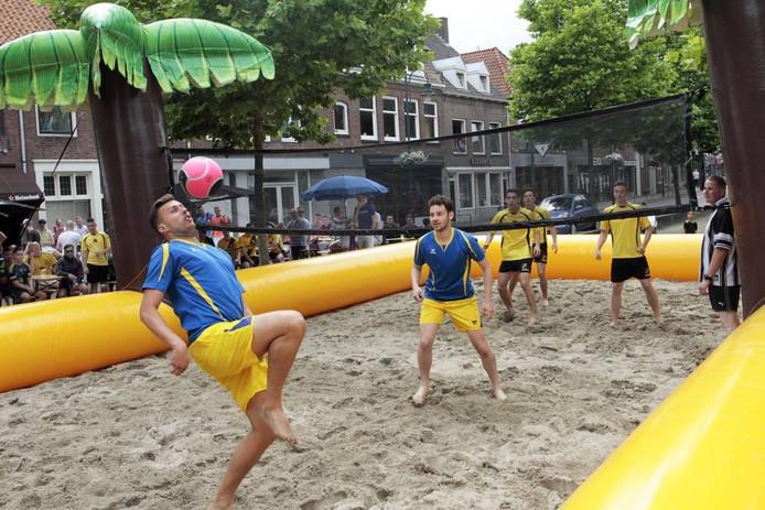 Zevenbergen: zondag 17 juli 2016 Voetvolleybal aan de Zuidhaven . foto: Gerard van Offeren