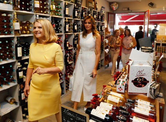 Melania Trump (R) en Malgorzata Tusk (L) proefden onder meer ook wijn.