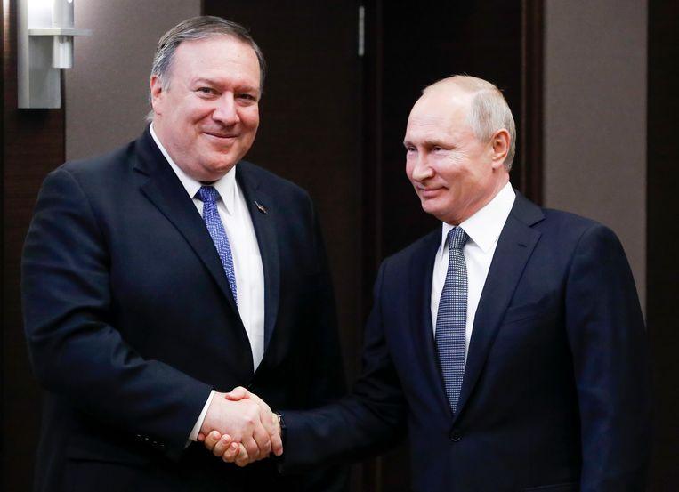 Mike Pompeo schudt de hand van Poetin tijdens zijn bezoek aan Rusland.