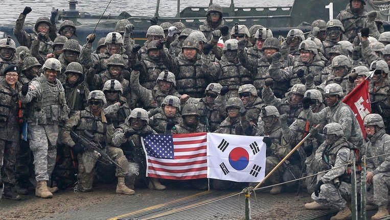 Amerikaanse en Zuid-Koreaanse soldaten poseren na een gezamenlijke legeroefening, in december vorig jaar.
