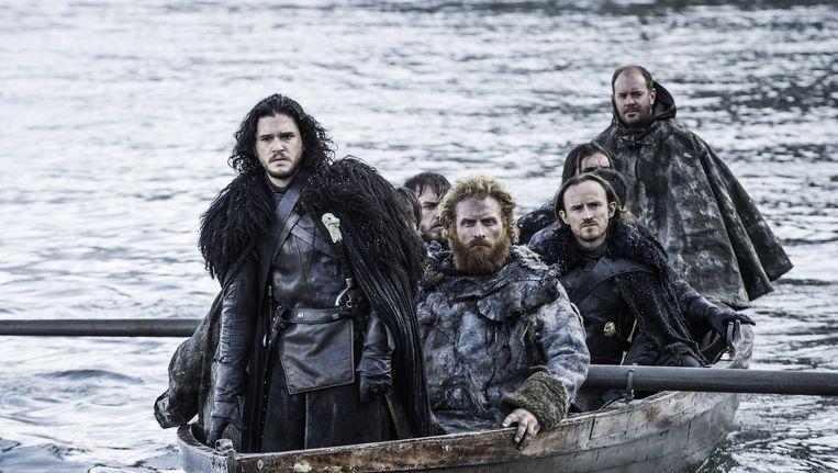 Links op de foto: Jon Snow. Fans van de HBO-hitserie Game of Thrones hopen dat hij in het zesde seizoen terugkeert. Beeld AP