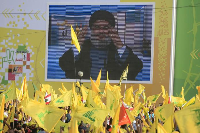 Hezbollah-leider Hassan Nasrallah spreekt zijn aanhangers toe via een videoverbinding vanaf een geheime locatie.