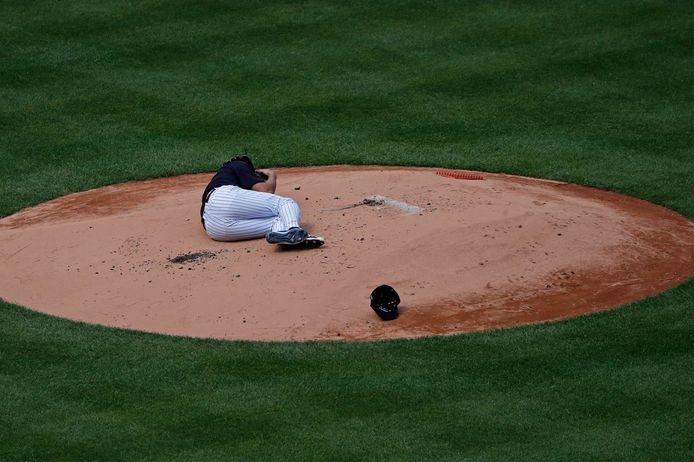 Un lanceur se prend une balle en pleine tête dans un match de baseball.