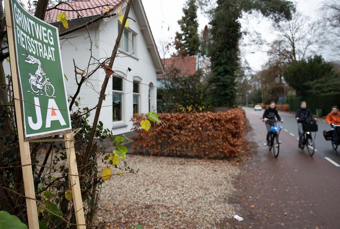 """Bord in de tuin van een voorstander om van Grintweg een """"fietsstraat"""" te maken."""