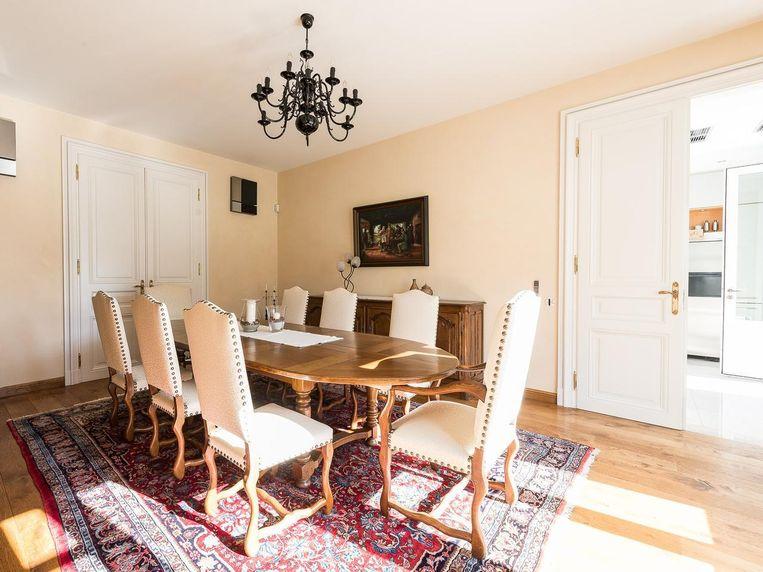 Enkele beelden van het interieur: de woonkamer, het binnenzwembad, en de eetkamer.