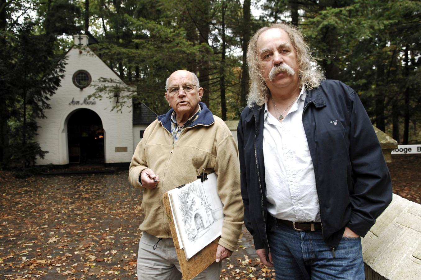 Aart van Woensel (links) zo'n tien jaar geleden voor de kapel in Moergestel. Samen met Paul Spapens maakte hij het Brabantse Kapellenboek.