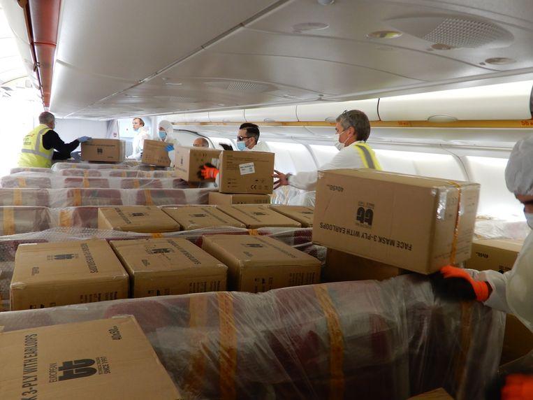Alle dozen moesten via de passagiersdeuren uit het vliegtuig van Hainan Airlines gehaald worden.
