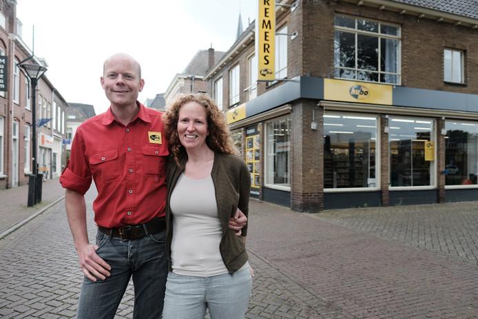 Links de laatste eigenaar van Hubo in Zevenaar: Henk-Jan Cremers.