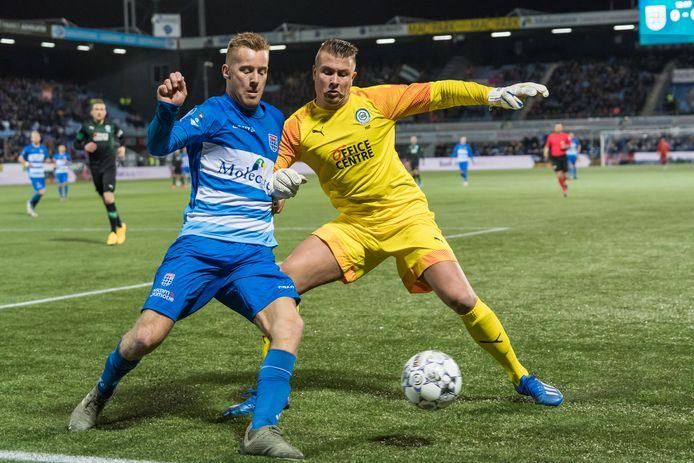 Sergio Padt probeert Mike van Duinen van PEC Zwolle af te stoppen.