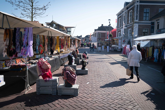 Een verlaten markt in Elst. Foto: Erik van 't Hullenaar.